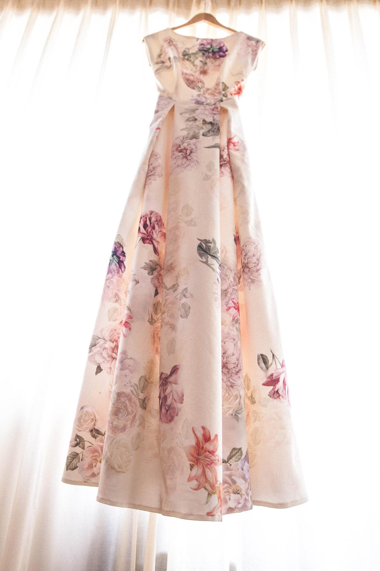 Brautkleid mit Blumenprint am Fenster