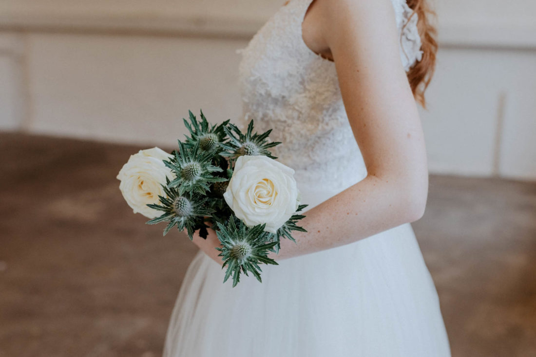 Boho Brautkleid mit Brautstrauß