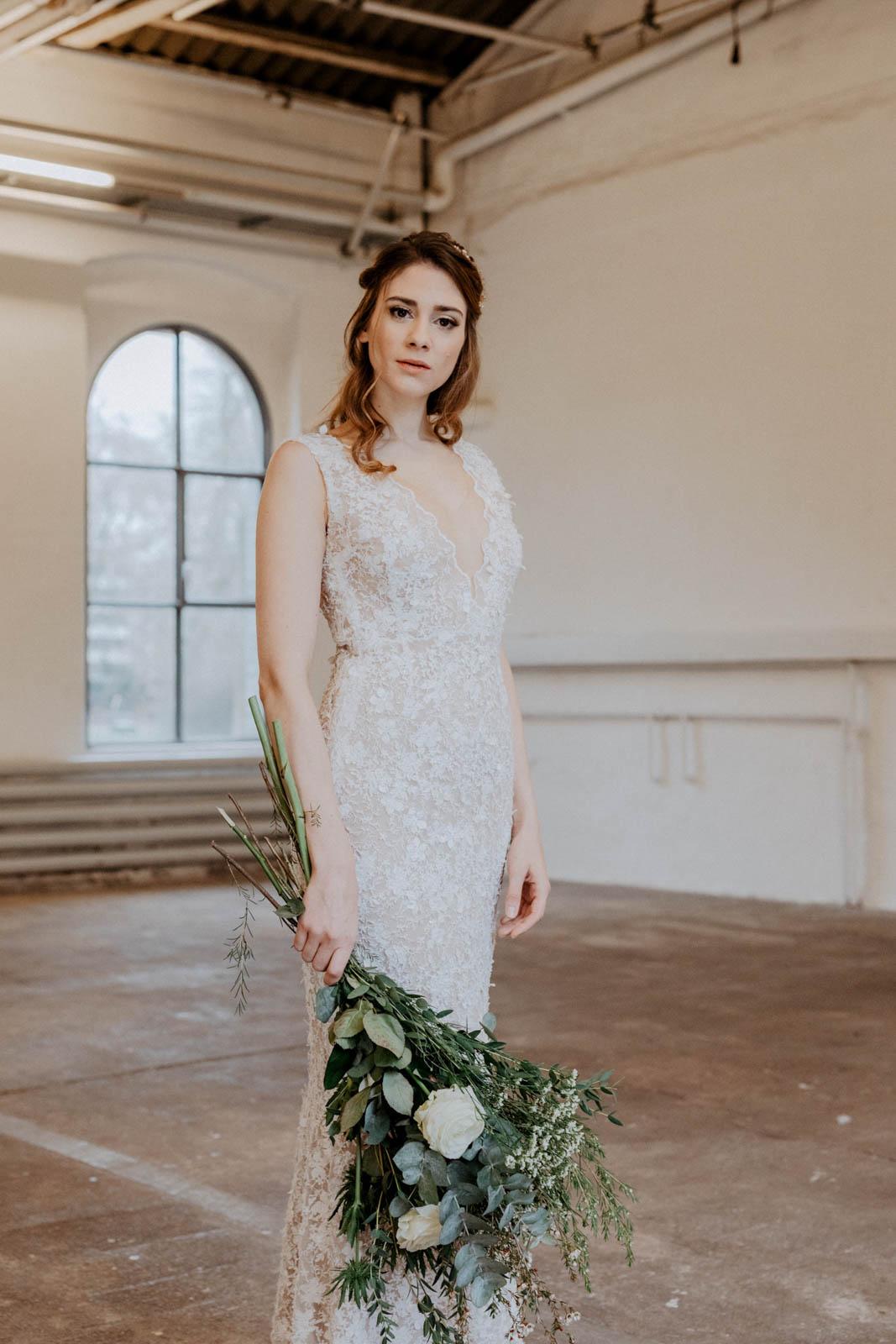 Brautkleid aus Spitze mit Brautstrauß